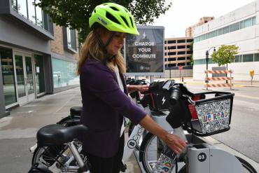 Image of customer borrowing Madison BCycle